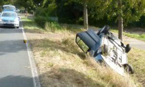 Das Auto kam ausgangs einer Kurve von der Fahrbahn ab und überschlug sich. Foto: Polizei