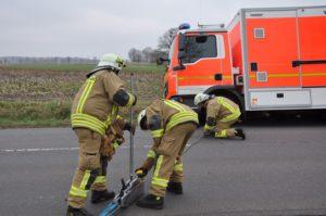 fw pi klein offenseth sparrieshoop feuerwehr verhindert dass schwerlast rettungswagen in graben kipp 1 300x199 - Feuerwehr verhindert, dass Schwerlast-Rettungswagen in Graben kippt