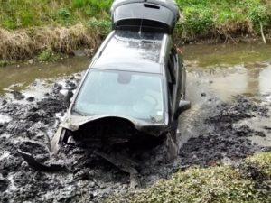 pol std opel stuerzt nach ausweichmanoever in buetzflether fleth 300x225 - Opel stürzt nach Ausweichmanöver in Bützflether Fleth