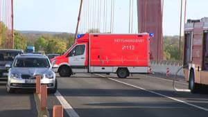 FB IMG 1493119973384 300x169 - Verkehrsunfall auf Rheinbrücke / LKW schiebt fünf Fahrzeuge bei Rückstau aufeinander